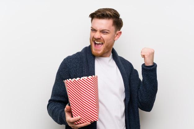 Rothaariger mit popcorn Premium Fotos