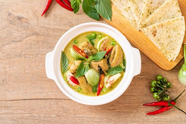 Roti und grüner curry mit huhn Premium Fotos