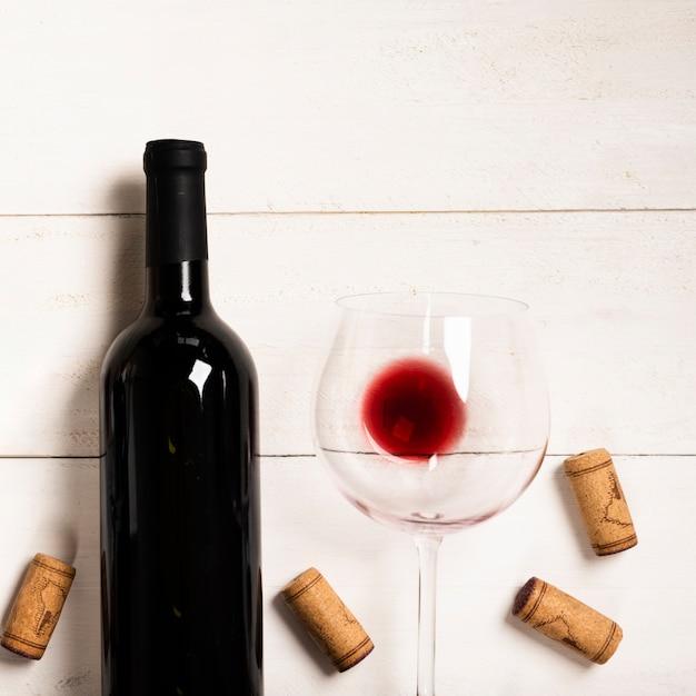 Rotwein der draufsicht mit weißem hintergrund Kostenlose Fotos