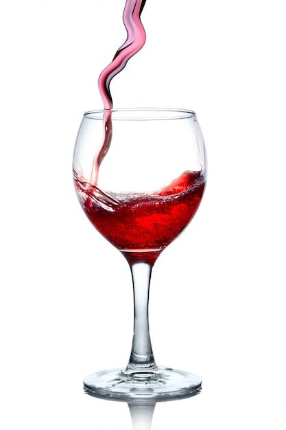 Rotwein, der in das glas getrennt gießt Premium Fotos