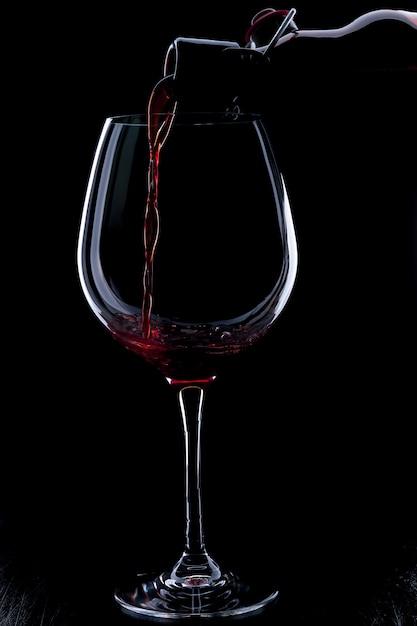 Rotwein gießen Premium Fotos