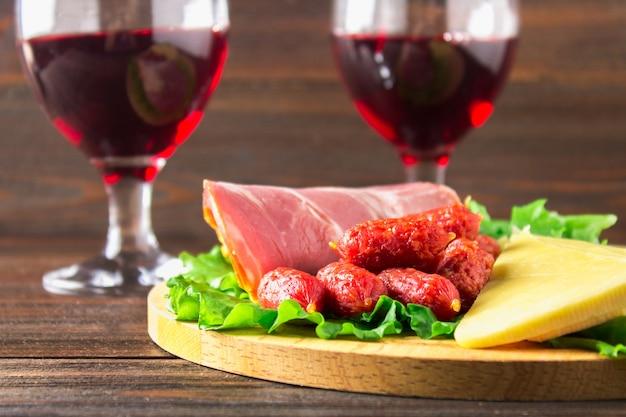 Rotwein mit charcuterie-sortiment auf dem hintergrund Premium Fotos