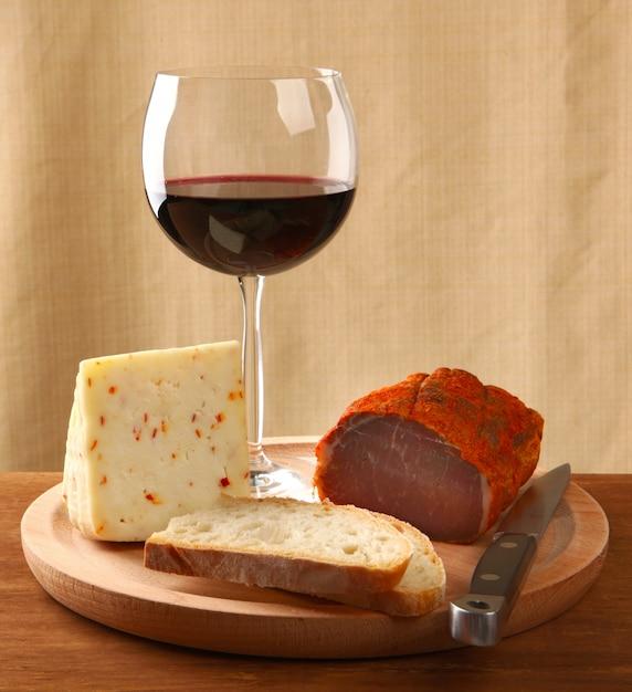 Rotwein mit italienischem käse und capocollo Premium Fotos