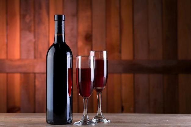 Rotweinflasche und 2 gläser Premium Fotos