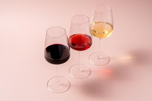 Rotweinglas und roséweinglas und weißweinglas Premium Fotos