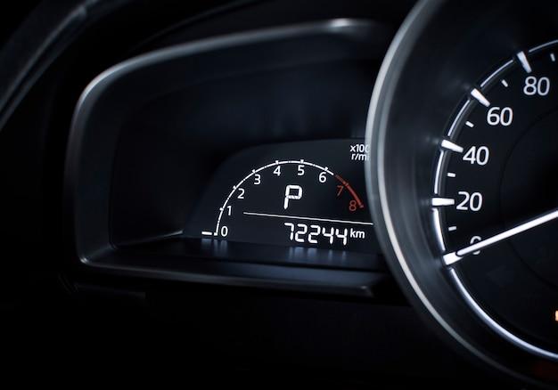 Rpm-digitalanzeige und parkposition des automatikgetriebes und des kilometerzählers auf digitalanzeigenarmaturenbrett in einem luxusauto Premium Fotos