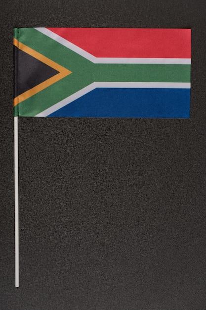 Rsa-flagge auf schwarzem hintergrund. nationale symbole der republik südafrika. vertikaler rahmen Premium Fotos