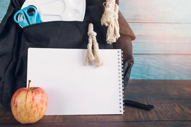 Rucksack mit lineal schere notebook und apfel Kostenlose Fotos