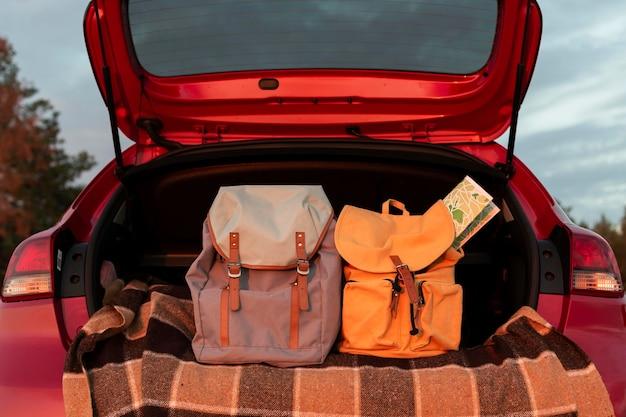 Rucksäcke im kofferraum eines autos Kostenlose Fotos