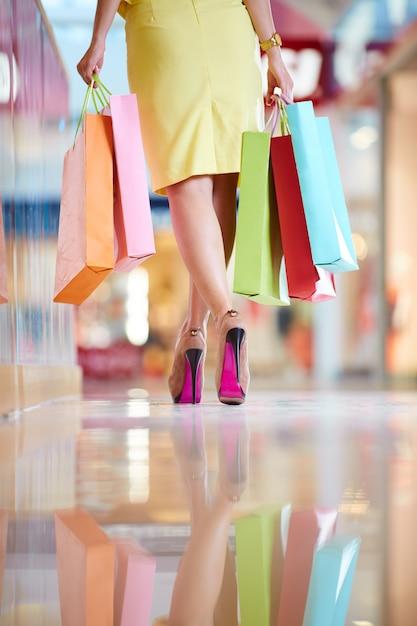 Rückansicht der frau mit einkaufstüten Kostenlose Fotos