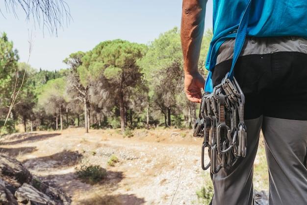 Rückansicht des kletterers mit karabinern Kostenlose Fotos