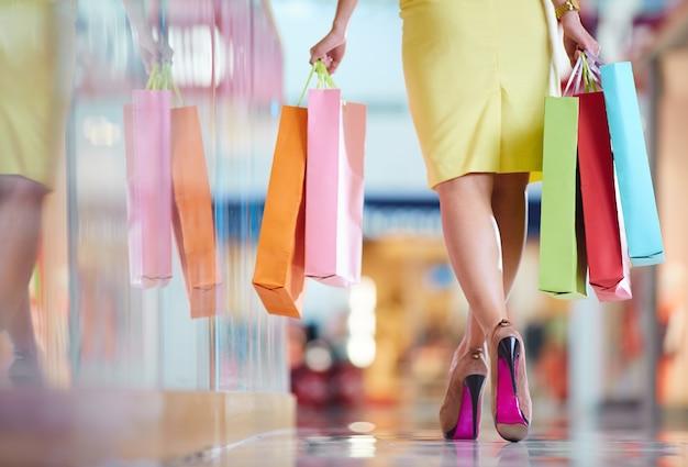 Rückansicht einer frau durch die mall zu fuß Kostenlose Fotos