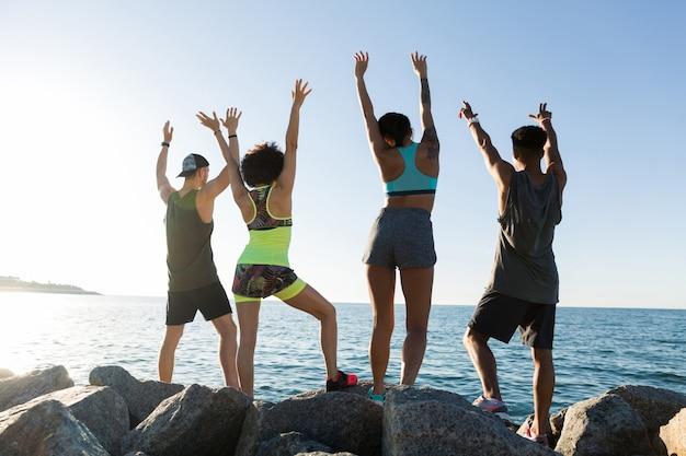 Rückansicht einer gruppe glücklicher sportler Kostenlose Fotos