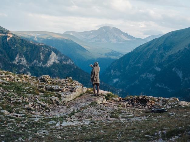 Rückansicht eines mannes in der warmen kleidung in den bergen in der natur. Premium Fotos