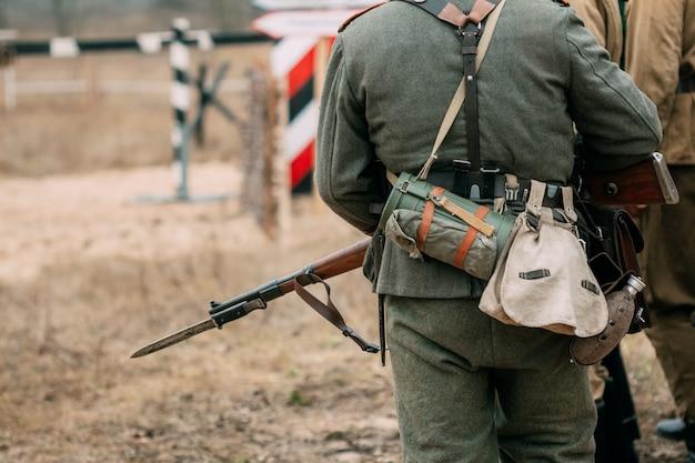Rücken des soldaten wehrmacht in uniform und mit einem gewehr Premium Fotos
