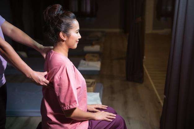 Rücken thai-massage im spa Premium Fotos