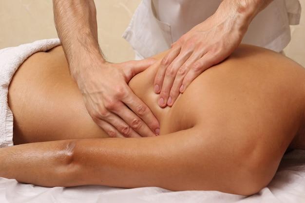 Rückenmassage im spa-salon. Premium Fotos