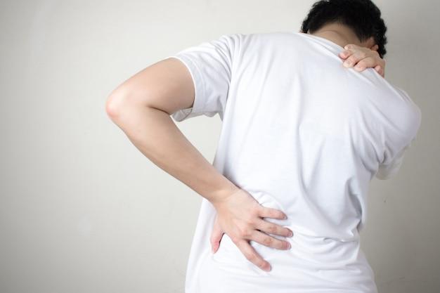 Rückenschmerzen. frauen mit den rückseitigen schmerz, getrennt auf einem weißen hintergrund. Premium Fotos