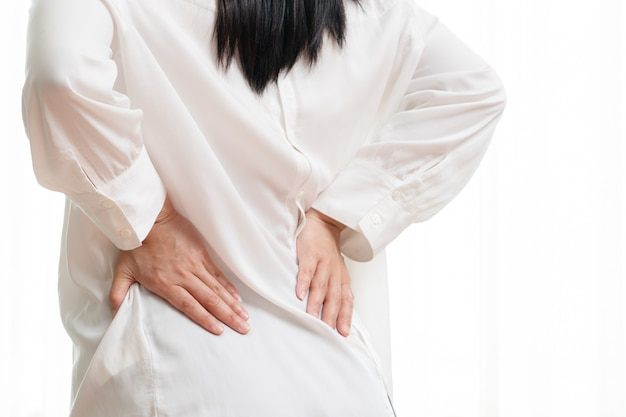 Rückenschmerzen zu hause. frauen leiden unter rückenschmerzen. Premium Fotos
