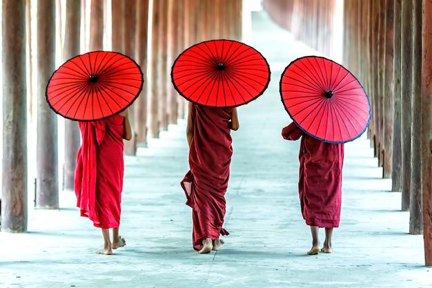 Rückseite von drei buddhistischen anfängern gehen in pagode, myanmar Premium Fotos