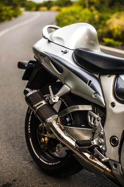 Rücksitz und rad eines silbernen farbmotorrades. Kostenlose Fotos