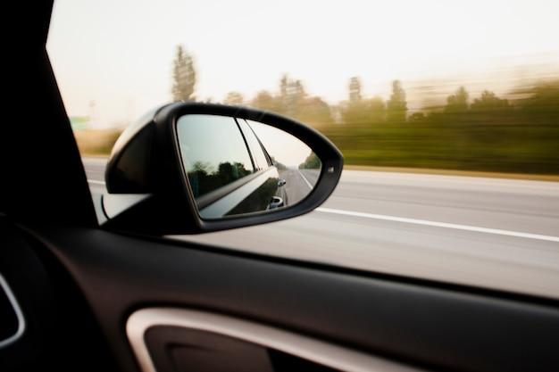 Rückspiegelansicht auf eine hohe geschwindigkeit Kostenlose Fotos