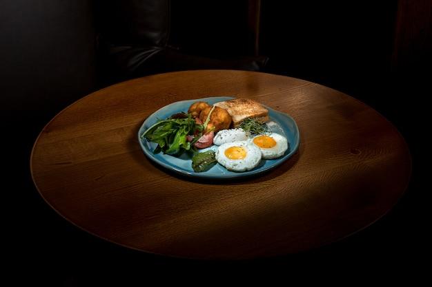 Rührei auf fleisch mit bratkartoffeln und toast Kostenlose Fotos