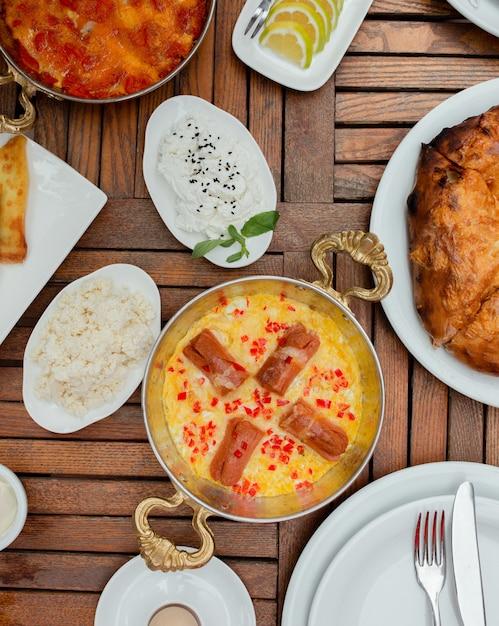 Rührei mit bratwürsten oder traditionellem frühstück Kostenlose Fotos
