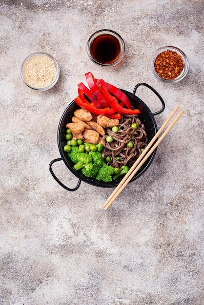 Rühren braten soba mit fleisch und gemüse Premium Fotos