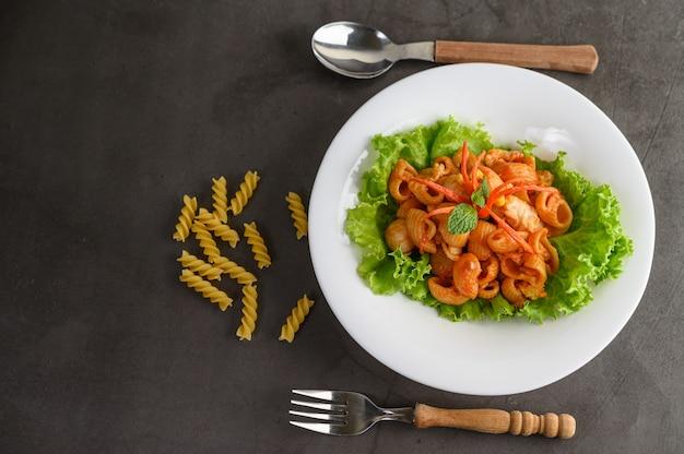 Rühren sie gebratenes makkaroni mit tomatensauce und schweinefleisch Kostenlose Fotos
