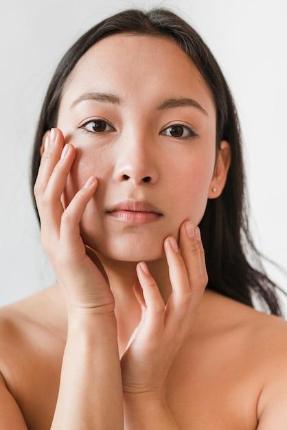 Rührendes gesicht des jungen asiatischen brunette mit dem nackten torso Kostenlose Fotos