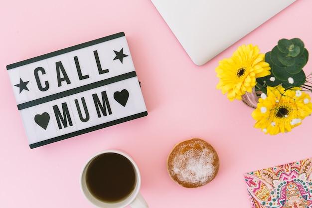 Rufen sie mama-inschrift mit blumen und tee an Kostenlose Fotos