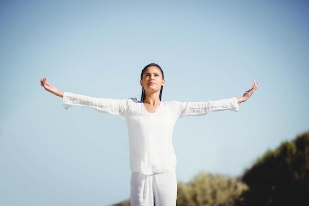 Ruhiger brunette, der yoga durch den pool tut Premium Fotos