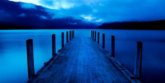 Ruhiger see mit anlegestelle, nelson lakes, neuseeland-südinsel. Premium Fotos