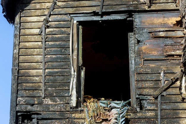 Ruinen der zerstörten residenz nach einem hausbrand Premium Fotos