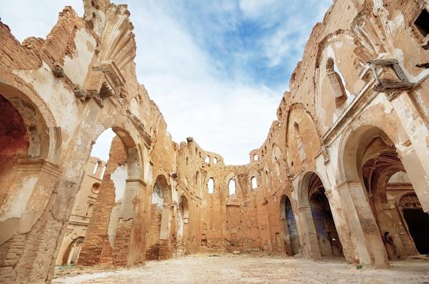 Ruinen einer alten kirche zerstört während des spanischen bürgerkriegs in belchite, saragossa, spanien. Premium Fotos