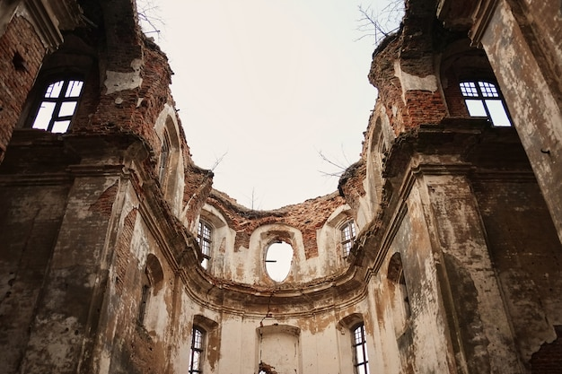 Ruinen einer alten zerstörten kirche Premium Fotos