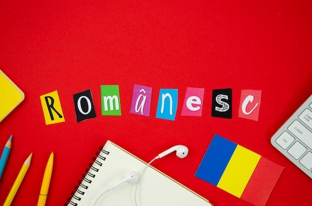 Rumänische beschriftung der flachen lage auf rotem hintergrund Kostenlose Fotos