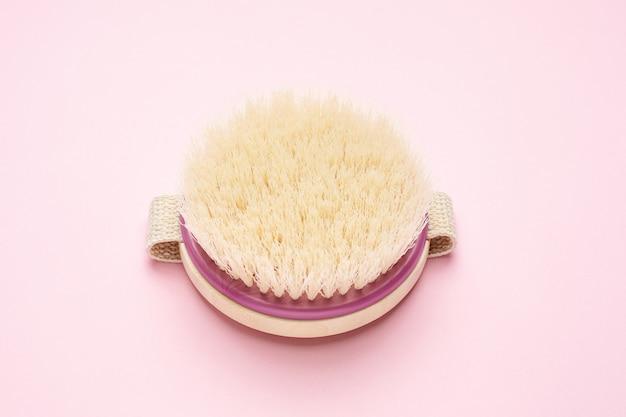 Rundbürste für trockene massage auf rosa Premium Fotos