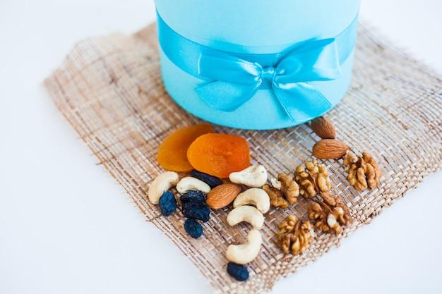 Runde box mit blauer schleife Premium Fotos