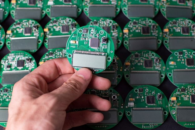 Runde elektronikplatinen mit display, mikrochip und prozessor Premium Fotos