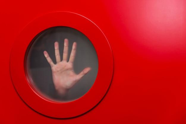 Runde rote öffnung mit der weiblichen hand Premium Fotos
