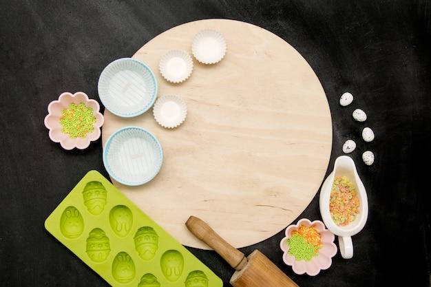 Rundes brett und zubehör zum backen von osterkuchen Premium Fotos