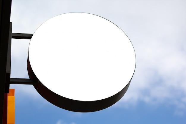 Rundes shopschildmodell gegen blauen himmel Premium Fotos