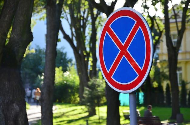 Rundes verkehrsschild mit einem roten kreuz auf einem blauen hintergrund. ein zeichen bedeutet ein parkverbot Premium Fotos