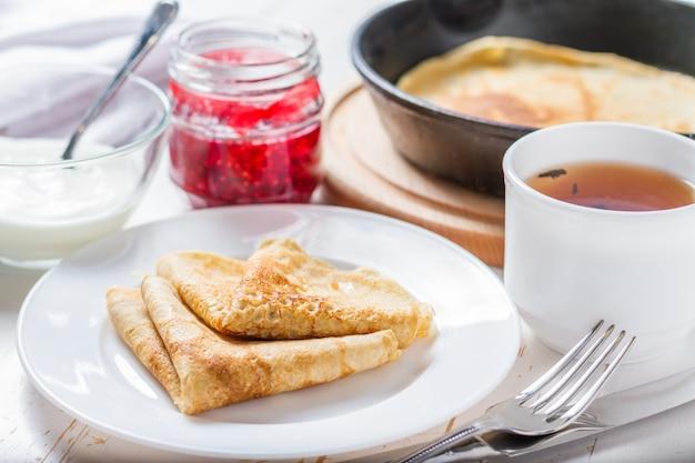 Russische pfannkuchen mit marmelade Premium Fotos