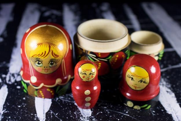 Russische puppen matrioshka babushka auf schwarzweiss-acrylmalerei Premium Fotos