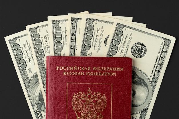 Russischer pass mit us-dollar banknoten nach innen Premium Fotos