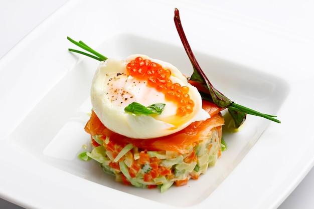 Russischer salat mit lachs und rotem kaviar auf wight Premium Fotos