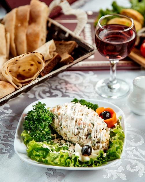Russischer salat mit mayonnaise Kostenlose Fotos